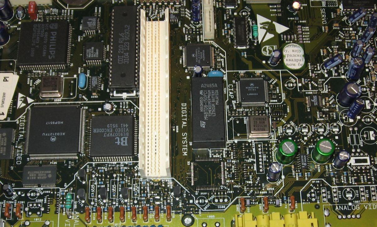 Matična ploča CDi-210 - leva polovina je video a desna audio sekcija.