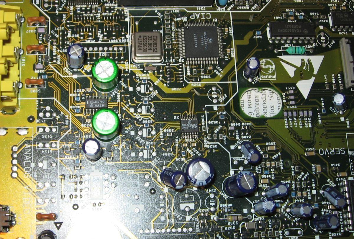 Obratite pažnju na dva svetlozelena Nichicon Muse elektrolita u izlaznoj sekciji.